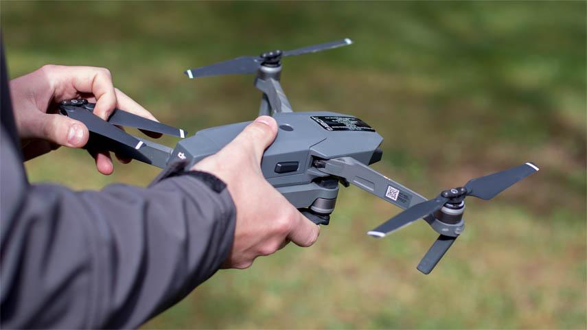 télépilote et drone